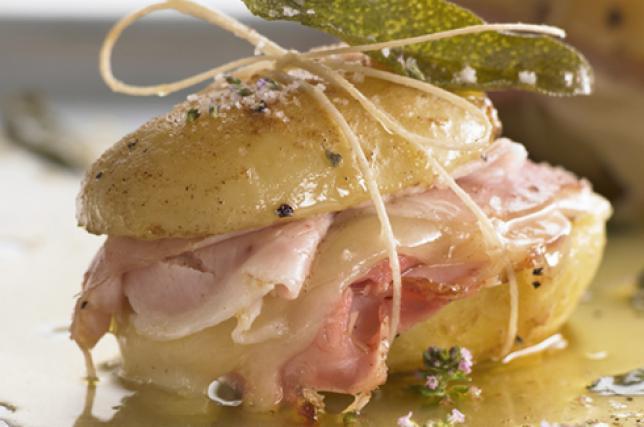 Panino di patate con prosciutto cotto e fontina