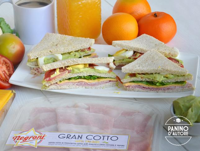 Club sandwich con crema di avocado