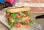 Sandwich con crudo e rucola