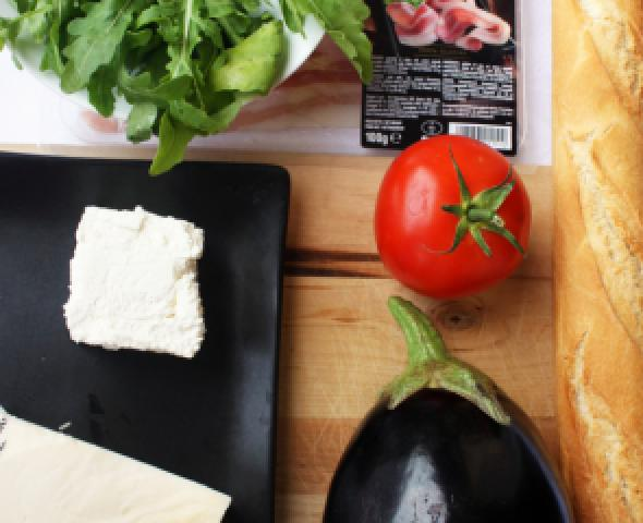 Pancetta Negroni, pomodoro, melanzana e formaggio su piatto