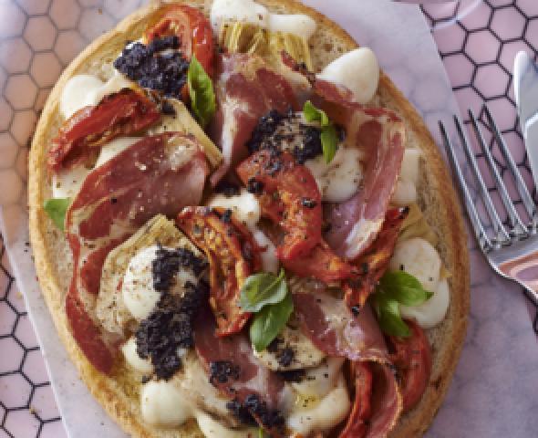 Bruschetta con coppa, mozzarella e olive