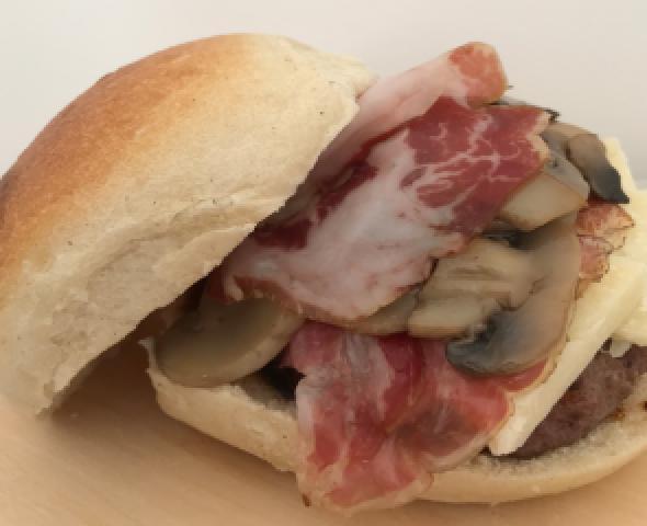 Hamburger di chianina, coppa e funghi saltati