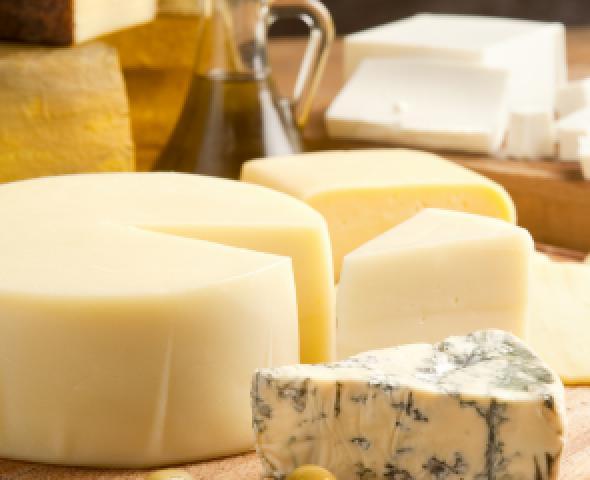 Tagliere pieno di formaggi