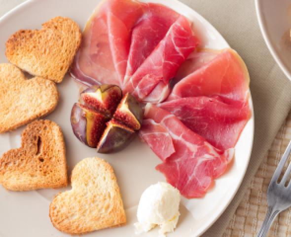 San Valentino: aperitivo con prosciutto San Daniele, crostini di pane e fichi