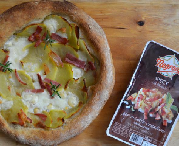 Pizza tonda con speck e chips di patate, la ricetta
