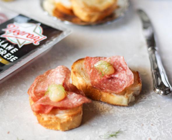 Crostini di pane al burro, salame ungherese la ricetta