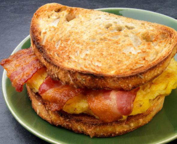 La ricetta del toast con pancetta e uovo