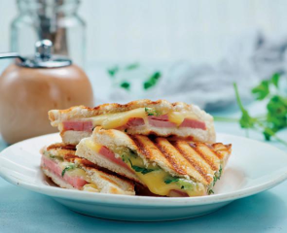 Toast con uovo e petto di tacchino, ricetta