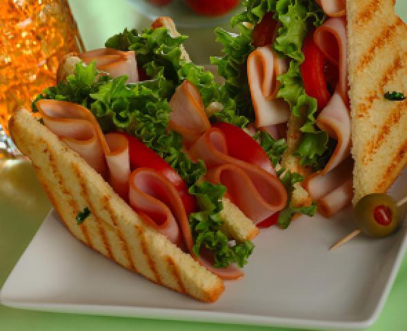 Toast con petto di tacchino e pomodori secchi