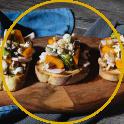 Crostoni rustici di zucca, ricotta, petali di tacchino, salsa verde e frutta secca