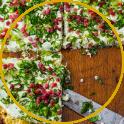 Pizza aus Blumenkohl mit Speck und Käse