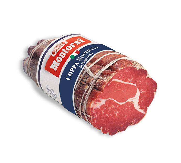 Für diese traditionelle Spezialität aus der Gegend von Parma werden Schweinelenden (Nackenfleisch) verwendet, einer der besten Teile vom Schwein. Die Coppa wird von Hand gebunden, um ihr zur traditionellen zylindrischen Form zu verhelfen, in Naturdarm gefüllt und dann luftgetrocknet. Die fein geschnittenen Scheiben sind kompakt und süßlich, mit einem zarten Duft nach Pfeffer und Knoblauch. Verfügbar als:1.7 / 1.9kg