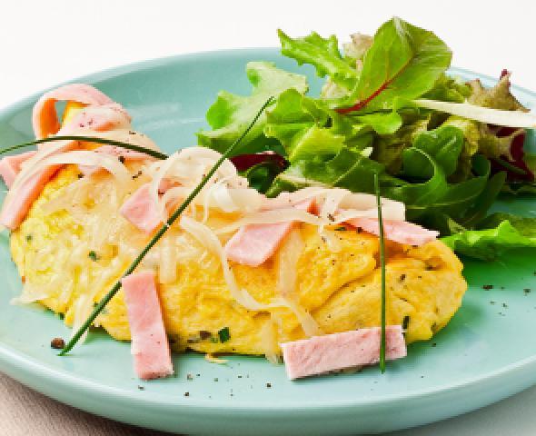 omelette farcita con formaggio e prosciutto