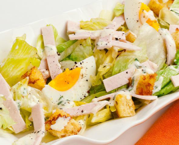 Caesar salad con petto di tacchino in petali