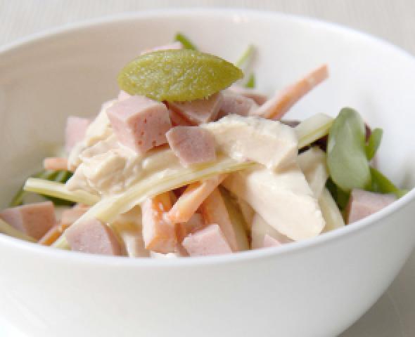 Salade de poulet et des de jambon cuit a la mayonnaise au wasabi