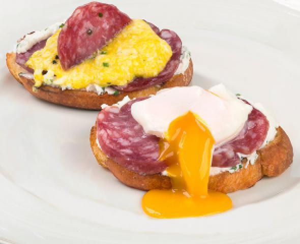 Crostini di pane con salame e uova