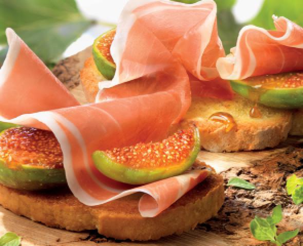crostini di pane con prosciutto e fichi