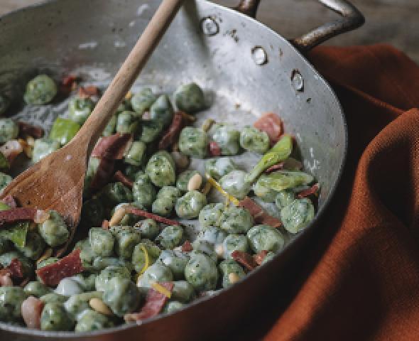 Petits gnocchis verts aux pétales de jambon cru et béchamel