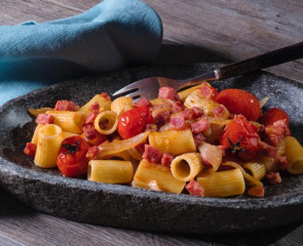 Mezze maniche mantecate con salsiccia, cipolle e pomodorini