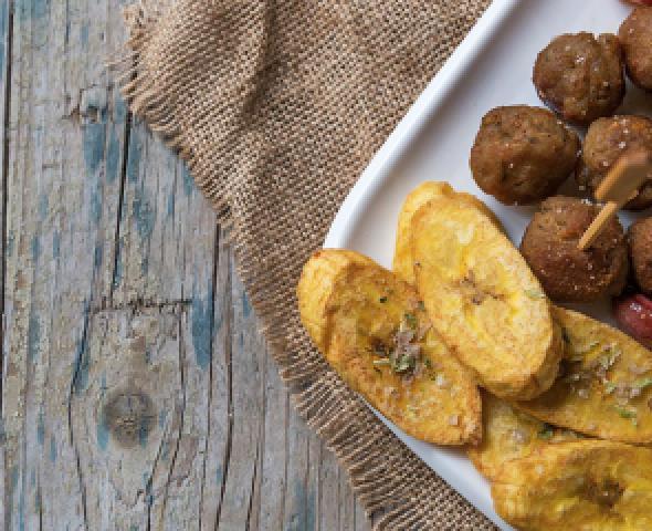 Boulettes de mortadelle avec citron et chips de bananes plantain