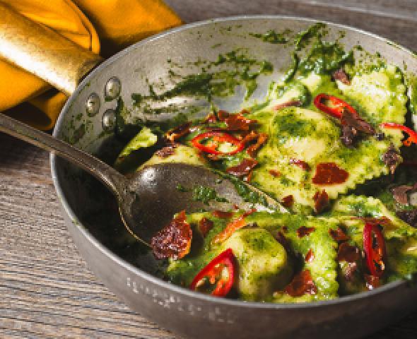 Ravioli al prosciutto crudo con salsa alla cima di rapaRaviolis au jambon cru à la sauce aux pousses de navet, piment et anchois