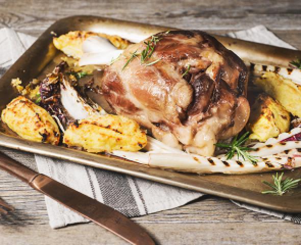 Jarret de porc Negroni avec croquettes de pommes de terre et chicorée