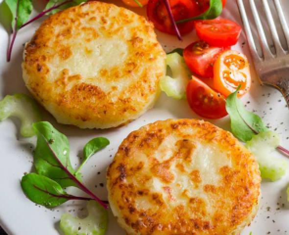 Galettes de pommes de terre poêlées farcies au jambon et au fromage