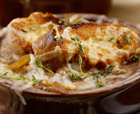 Zuppa di cipolle con briciole di salsiccia croccante, la ricetta