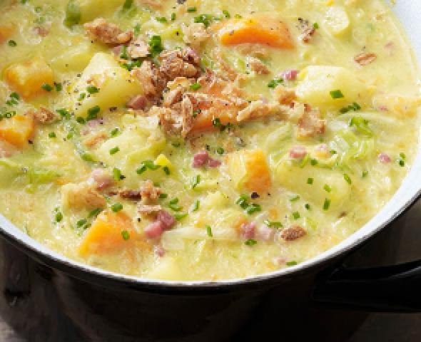 Soupe de pommes de terre, lard, carottes et poireau