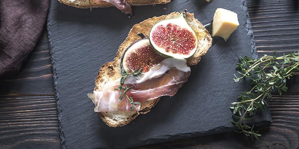 Bruschetta aux figues, jambon et parmesan