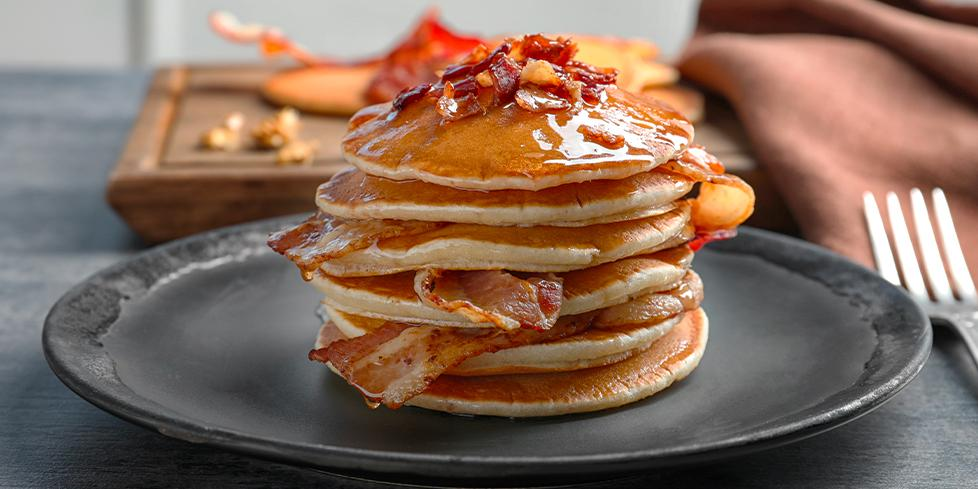 Pancake salati con Petali di bacon e salsa allo yogurt