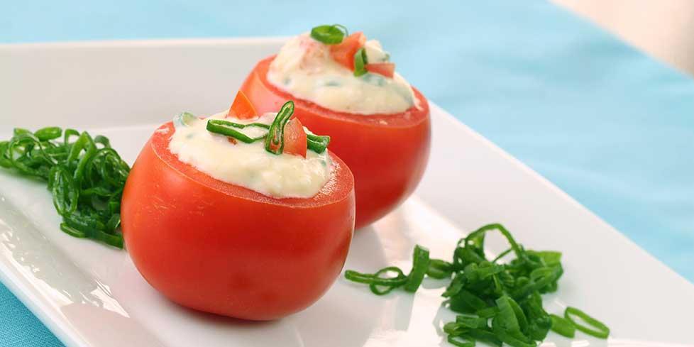 Pomodori crudi ripieni di mousse di prosciutto