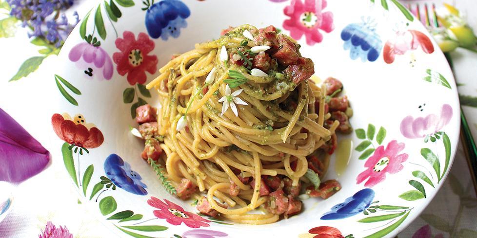 Spaghetti integrali con salsiccia, pesto di aromatiche e prosecco