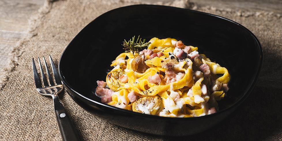 Tagliatelle di zucca con castagne, cubetti di pancetta e fonduta la ricetta
