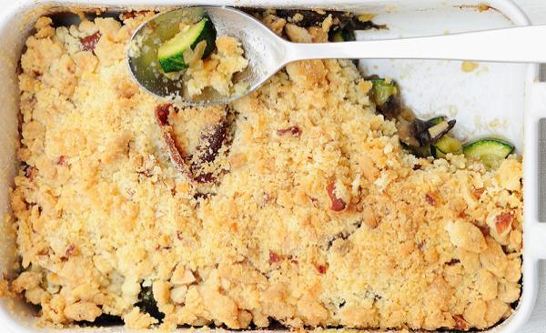 Crumble mit Zucchini, Rohschinken und Pilzen