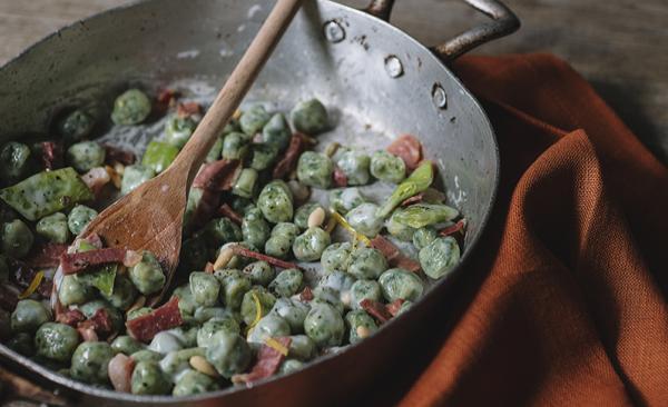 Grüne Gnocchetti mit in Streifen geschnittenem Rohschinken und Béchamelsauce