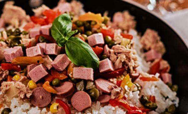 Salade de riz à la saucisse Golosino et aux légumes croquants