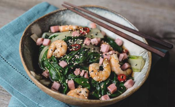 Kalter Mangold-Salat mit gekochtem Schinken und Garnelen