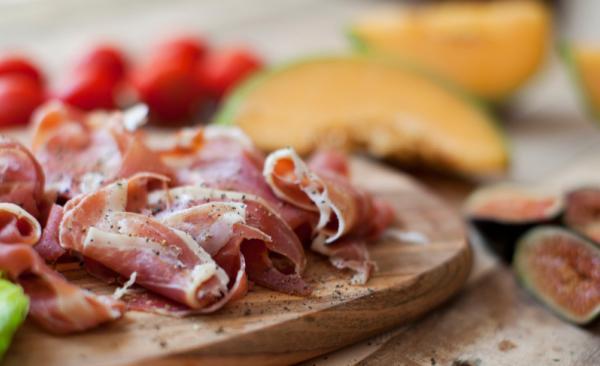 Sommerliche Rezepte mit Rohschinken: Kombinationen mit Früchten