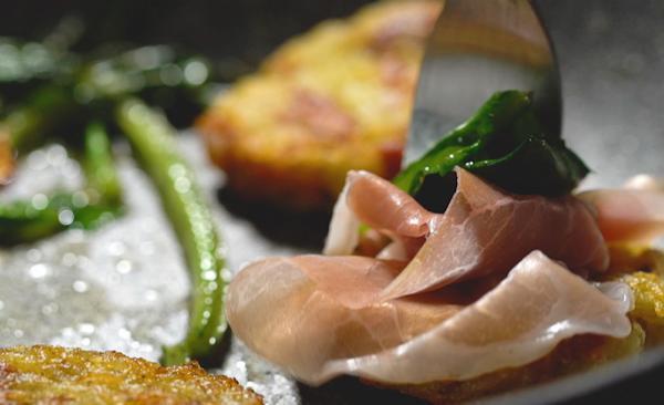 Rosti di patate e prosciutto crudo con erbette piccanti