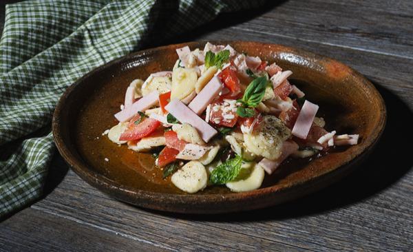 Pasta estiva con pomodori, ricotta salata, petali di petto di pollo ed erbe