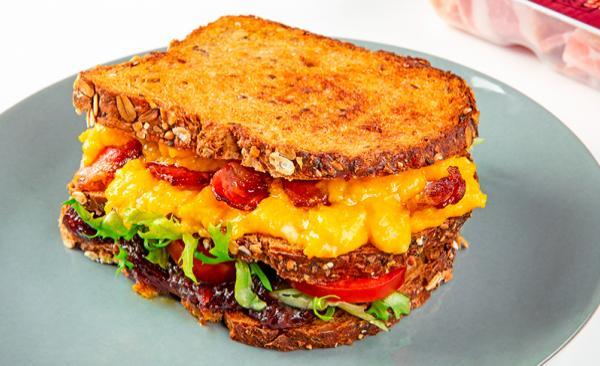 Sandwich con Petali di bacon croccante, uova strapazzate e cipolle rosse