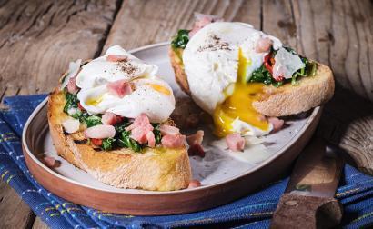 Uovo in camicia su crostone di pane, pancetta croccante e scaglie di pecorino