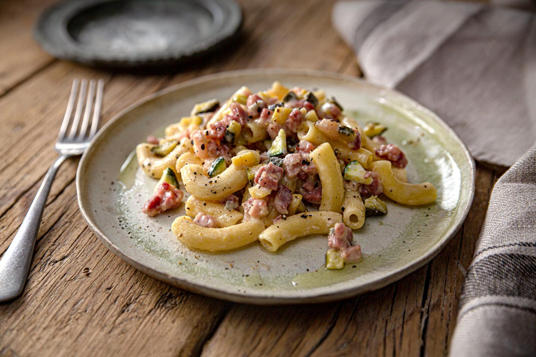Pasta con gorgonzola, pancetta e zucchine