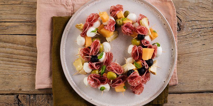 Cerchio di spiedini con salame, olive, carciofi, mozzarelline e melone