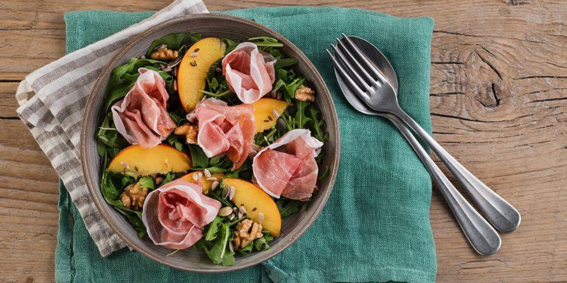 Insalata energica con prosciutto crudo, pesche noci, rucola e frutta secca