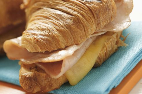 Croissant salato farcito con prosciutto e formaggio