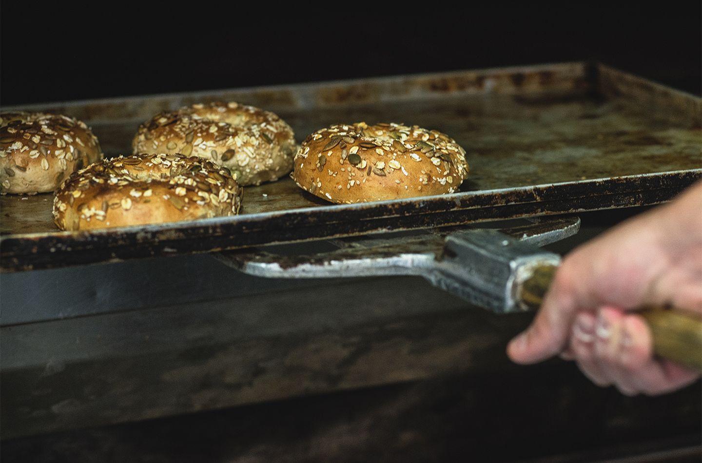 Bagel: storia e curiosità dell'unico pane cotto in acqua_