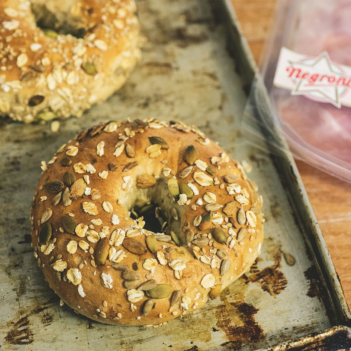 Bagel: storia e curiosità dell'unico pane cotto in acqua