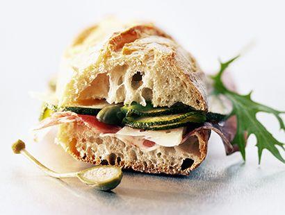 Panino farcito con prosciutto e zucchine